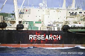 news_100308_1_7_20100217_Nisshin_Maru_research_sign_painted_in_red-7663_(BV)